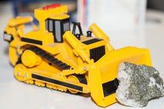 Забавляйтесь backhoe нажимая камень от шахты стоковое фото rf