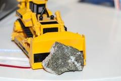 Забавляйтесь backhoe нажимая камень от шахты стоковое изображение