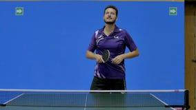 Забавная игра настольного тенниса сток-видео