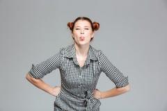 Забавная милая молодая женщина показывая язык и делая смешную сторону Стоковые Фото