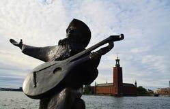 Забавная статуя через здание муниципалитет Стокгольма Стоковое Изображение RF