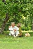 Забавные старые пары на пикнике Стоковая Фотография