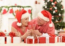 Забавные старые пары на рождестве Стоковые Фотографии RF