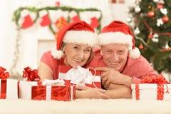 Забавные старые пары на рождестве Стоковые Изображения