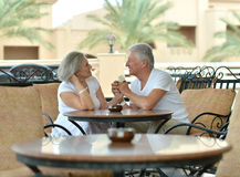 Забавные старые пары на таблице кафа Стоковые Фото