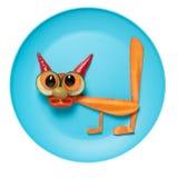 Забавный кот сделанный из моркови и огурца на плите Стоковое Изображение