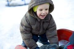 Забавный ребенк который играет на спортивной площадке Стоковые Изображения