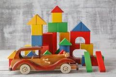 Забавляйтесь город блоков, кирпичи жилищного строительства младенца, дети деревянный кубический o Стоковая Фотография RF