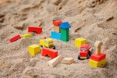 Забавляйтесь дома и тележки сделанные красочных деревянных кирпичей в ящике с песком Стоковые Фотографии RF