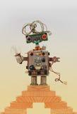 Забавляйтесь робот na górze деревянных шагов, винтажная лестница Незлий характер с стилем причёсок электрического провода handmad Стоковое Изображение