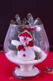 Забавляйтесь снеговик в стеклянной вазе на красной скатерти Стоковые Изображения RF