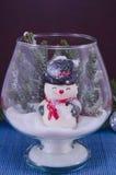 Забавляйтесь снеговик в стеклянной вазе покрытой с снегом Стоковые Изображения RF