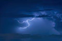 Забастовка без предупреждения грозы на темном облачном небе Стоковое фото RF