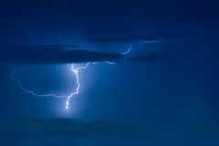 Забастовка без предупреждения грозы на темном облачном небе Стоковые Фотографии RF
