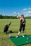 забастовка гольфа шарика к женщине Стоковая Фотография RF