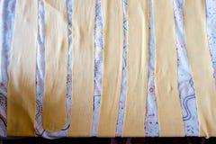 Забастовки свежего дома сделали итальянские макаронные изделия кладя на таблицу Стоковое фото RF