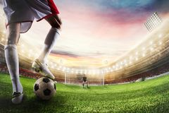 Забастовщик футбола готовый к пинкам шарик перед голкипером перевод 3d стоковое изображение