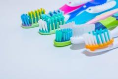забеливать Забота зуба концепция зубов здоровая Новые ультра мягкие зубные щетки в ряд, зубоврачебная индустрия Различные типы Стоковые Фото
