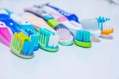 забеливать Забота зуба концепция зубов здоровая Новые ультра мягкие зубные щетки в ряд, зубоврачебная индустрия Различные типы Стоковая Фотография