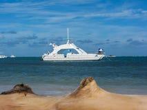 Забеливать яхту мотора на дорогах в Доминиканской Республике стоковое фото rf