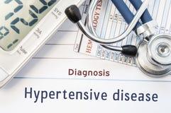 Заболевание диагноза гипертенсивное Стетоскоп, результат анализа крови гематологии и цифровое tonometer лежат на листе бумаги с н Стоковые Фото