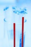 Забор крови с иглой для взятия анализа с голубым фильтром стоковые фотографии rf