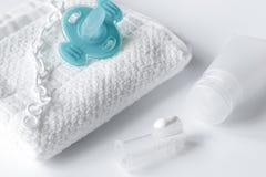 Забота зубной щетки ` s детей устная на белой предпосылке Стоковые Изображения