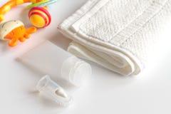 Забота зубной щетки ` s детей устная на белой предпосылке Стоковые Фотографии RF