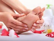 Забота и массаж ноги Стоковые Фото