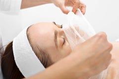 Забота кожи в клинике астетической медицины Стоковые Фотографии RF