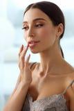 Забота кожи губ Женщина при сторона красоты прикладывая бальзам губы дальше Стоковые Фотографии RF