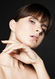 Забота кожи женщины красоты естественная на черной предпосылке Стоковые Изображения RF