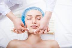 Забота кожи - сторона чистки женщины beautician стоковые изображения rf