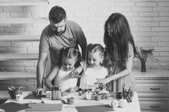 Забота кожи стороны детей Сторона девушки портрета в ваше advertisnent Девушки рисуя с матерью и отцом Стоковое фото RF