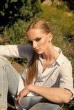 Забота кожи стороны женщин Сторона женщин портрета в ваше advertisnent Фотомодель ослабляет весной или сад лета Стоковые Фото