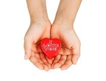 Забота сердца, медицинская концепция Сердце в руках ребенка Изолировано на белизне Стоковые Фото