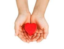 Забота сердца, медицинская концепция Сердце в руках ребенка Изолировано на белизне Стоковая Фотография RF