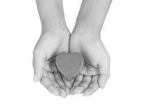 Забота сердца, медицинская концепция Сердце в руках ребенка Черно-белое изображение Стоковое фото RF