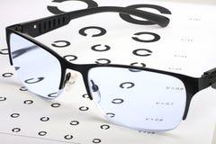 Заботить для визирования глаза правильными стеклами Стоковое фото RF