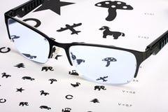 Заботить для визирования глаза правильными стеклами Стоковая Фотография RF