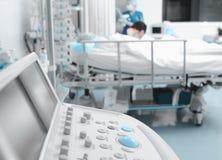 Заботить для критически больных пациентов в больнице Стоковое фото RF