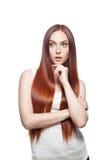 Заботливая вскользь red-haired женщина на белизне стоковое фото rf