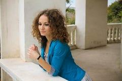 Заботливая девушка на балконе Стоковые Фото