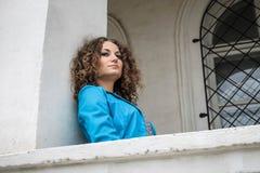 Заботливая девушка на балконе Стоковая Фотография RF