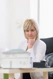 Заботливая женщина архитектора среднего возраста на работе Стоковое Изображение RF