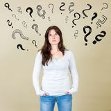 Заботливая женщина быть confused и ища показанное решение стоковое фото rf