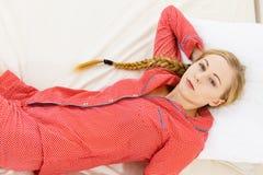 Заботливая женщина лежа в кровати Стоковое Фото