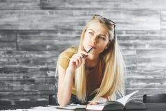 Заботливая женщина при книга делая обработку документов Стоковые Изображения RF