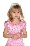 Заботливая маленькая девочка в пинке стоковое изображение rf