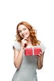Заботливая молодая вскользь девушка с красным подарком Стоковые Изображения RF